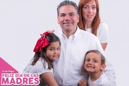 Carlos Solís felicita a las mamás de Reynosa