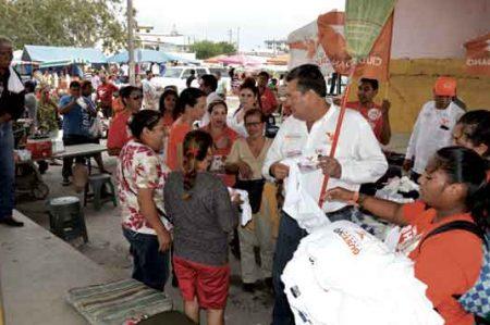 Gustavo Cárdenas recorre tianguis de Reynosa a ritmo de banda