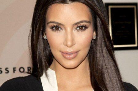 Kim Kardashian se practica prueba de embarazo a bordo de un avión