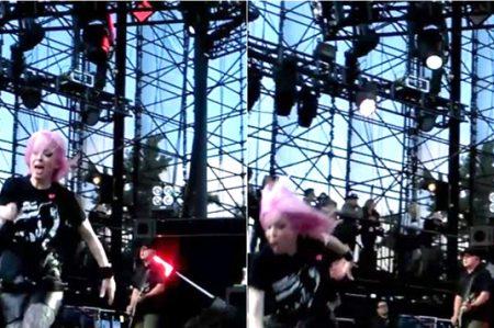 Vocalista de Garbage se cae en escenario