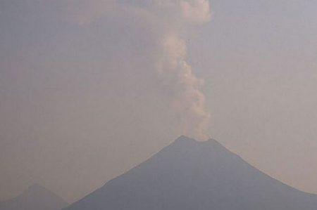 Volcán de Colima emite fumarola de mil 900 metros