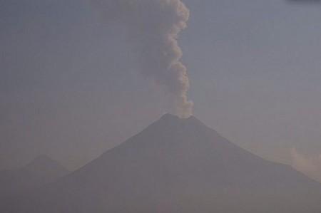Volcán de Fuego emite fumarola de 1.9 kilómetros