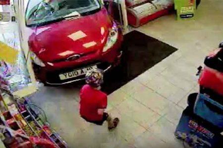 Anciana ebria mete su auto a tienda y casi mata a niño de 6 años