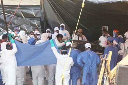 Suman cien cuerpos exhumados en Tetelcingo