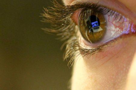 Diseñan dispositivo para manejar equipos electrónicos con los ojos