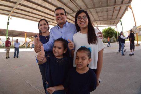 Enrique Rivas vota en Nuevo Laredo