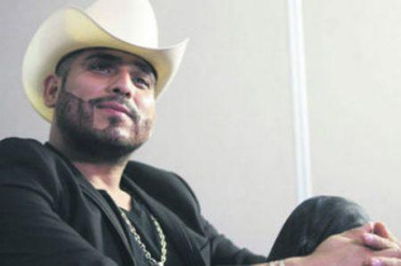 Espinoza Paz canta las rancheras sin traje de charro