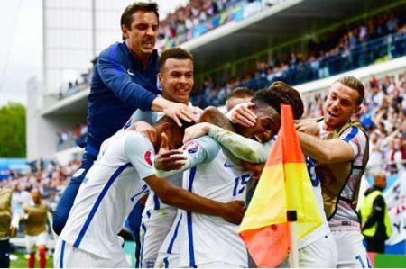 Suplentes de Inglaterra rescatan triunfo 2-1 sobre Gales