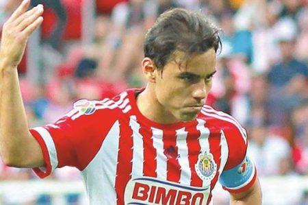 Omar Bravo cumple en Chivas mientras su futuro está en duda