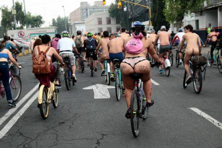 Pasean ciclistas al desnudo en CDMX