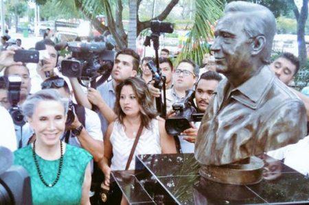 Develan escultura de 'Chespirito' en Cancún