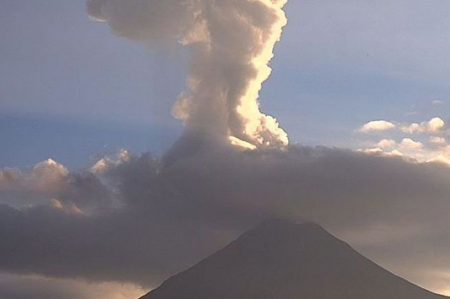 Volcán de Colima emite fumarola de dos mil metros