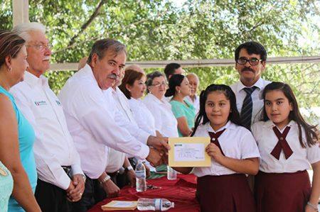 Hacen entrega de becas y estímulos educativos a estudiantes de Camargo