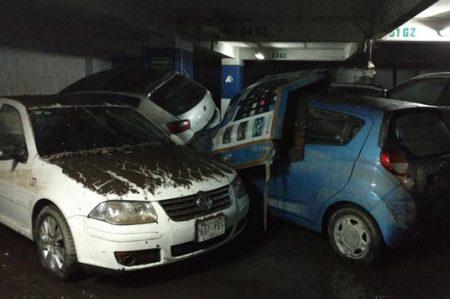 Desazolvan edificio inundado en Bosques; hay 34 vehículos dañados