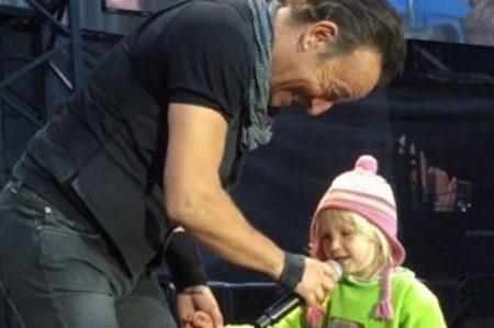 Niña se roba el corazón de Bruce Springsteen en concierto
