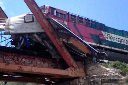 Confirman un muerto en choque entre autobús y ferrocarril