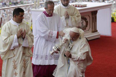 El Papa Francisco sufre 'santa caída' en Polonia