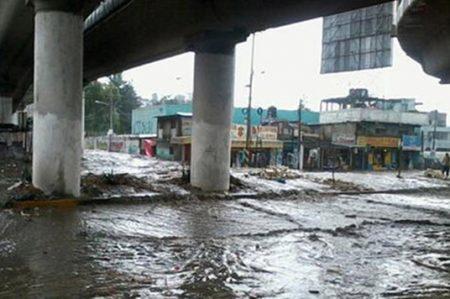 Graves inundaciones en el Estado de México; afectados utilizan camiones de carga para salir