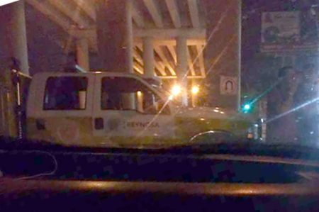 Policías evitan que joven se tire del puente Broncos