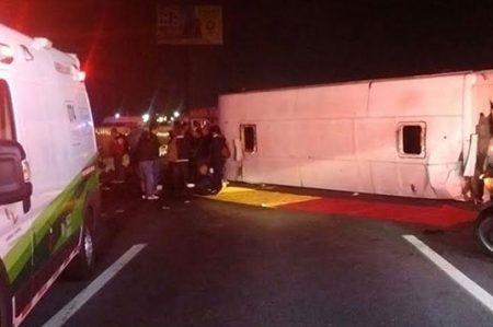 Volcadura en la México-Puebla deja al menos 25 heridos