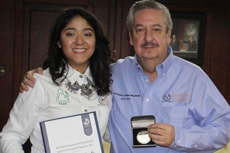 Felicita Rector a egresada de la UAT, ganadora del Premio Ceneval