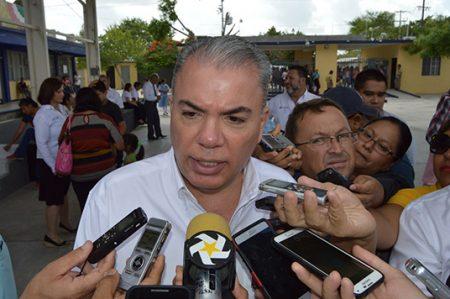 Alcalde asegura que terminarán las obras para escuelas