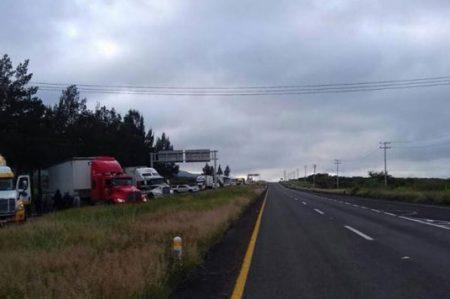 Bloquean normalistas autopista en Michoacán