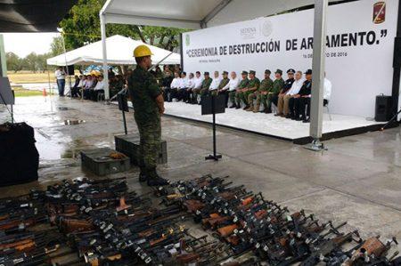 Militares destruyen armamento decomisado