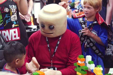 Disfraz de LEGO humano causa sensación en Comic-Con