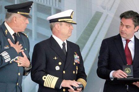 Soberón y Nuño en ceremonia de graduación de médicos navales