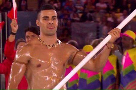Abanderado de Tonga es la sensación en inauguración de Olimpiadas
