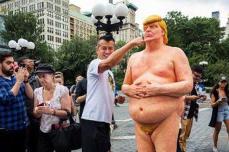 Ridiculizan a Donald Trump con estatuas desnudas