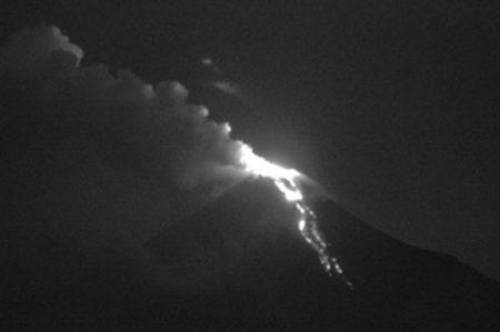 Volcán de Colima registra incandescencia y emisión de gases