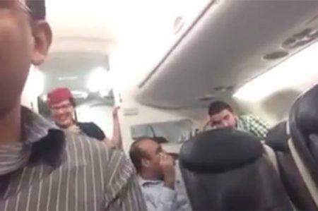 Desconfiada esposa hace sufrir a su marido en vuelo cancelado