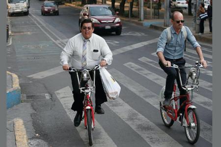 A pie o en bicicleta, políticos se suman al Día Mundial Sin Auto