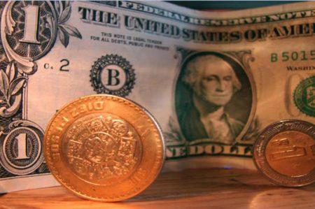 Dólar se vende al mediodía en 20.07 pesos; la bolsa cae