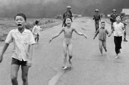 Facebook se retracta por foto de 'La niña del napalm'