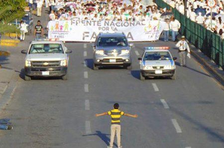 Acusan 'bullying' a niño que 'detuvo' marcha contra bodas gay