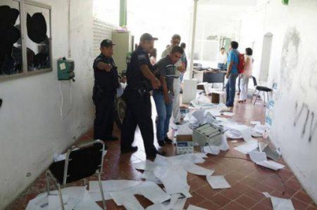 Normalistas vandalizan y saquean oficina del IEEPO