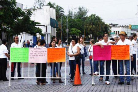 Profesores exigen pago de adeudos de gobierno de Duarte
