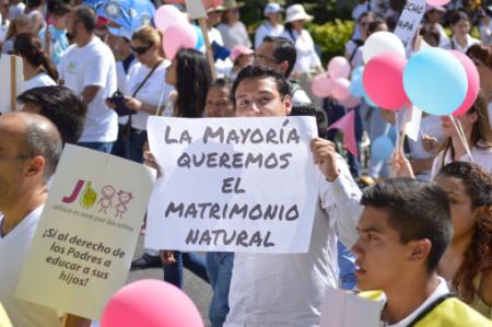 Hacen cadena de oración contra gays y lesbianas
