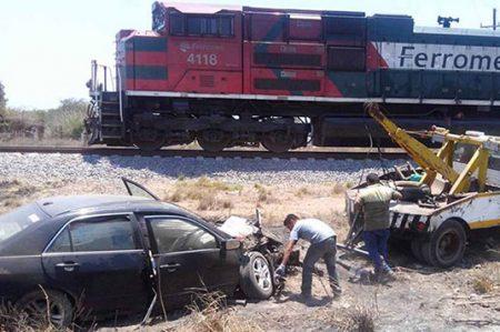 Tren impacta a vehículo en Sinaloa; hay tres heridos