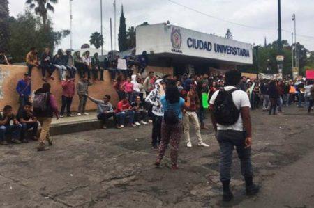 Universitarios se enfrentan con rechazados en Michoacán