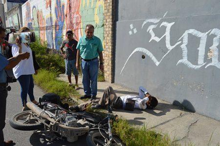 Motociclista se lesiona al impactarse contra camioneta