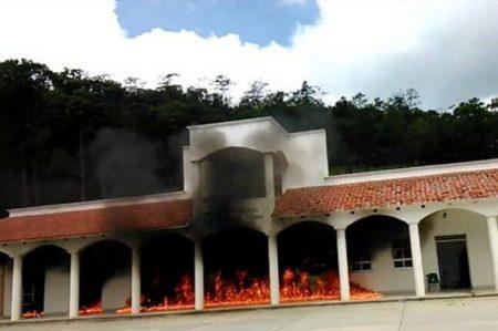 Comuneros de Chimalapa queman Juzgado en Oaxaca