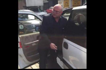 Conductor bloquea rampa e insulta a quienes lo cuestionan