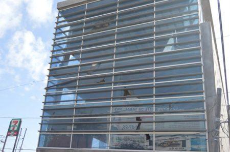 Edificio pone en riesgo a los transeúntes