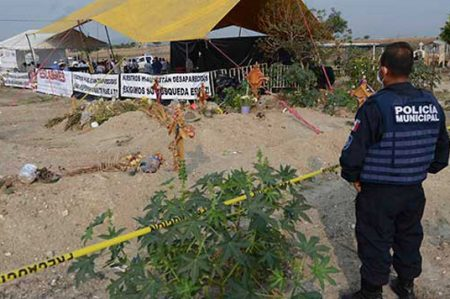 Hubo trato indigno a cadáveres exhumados en Tetelcingo, dice CNDH