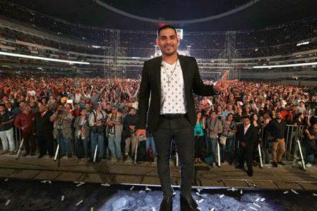 Por mirar a fans Espinoza Paz cae del escenario
