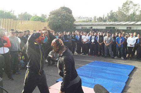 Luchadores profesionales capacitan a policías de Iztapalapa